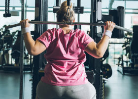 övrrviktig kvinna tränar på gym