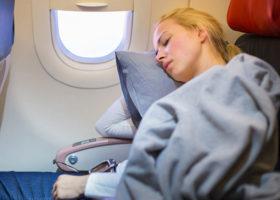 kvinna på flygplan