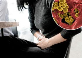 kvinna hos läkaren bild på bakterier