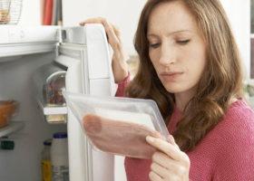 kvinna tittar på ett paket skinka