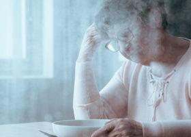 ensam äldre kvinna