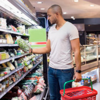 man handlar i matbutik