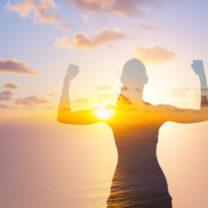 Siluett av kvinna i solnedgång