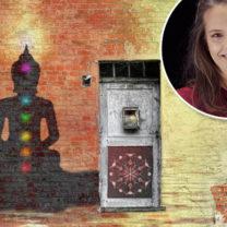 tia jumbe buddah med chakkran målad på en vägg