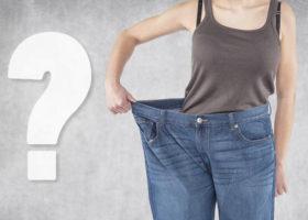 kvinna med for stora byxor frågetecken
