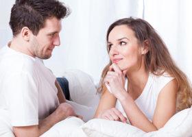 man och kvinna ser på varandra