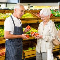 äldre personer tittar på grönsaker