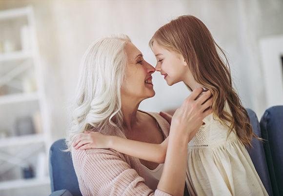 vithårig kvinna kramar flicka