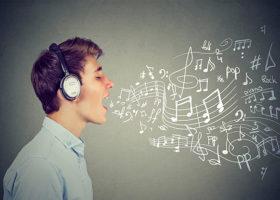 Man med hörlurar sjunger animerade noter kommer ut