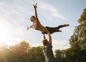 Kvinna och man gör ett lyft i dirty dancing style