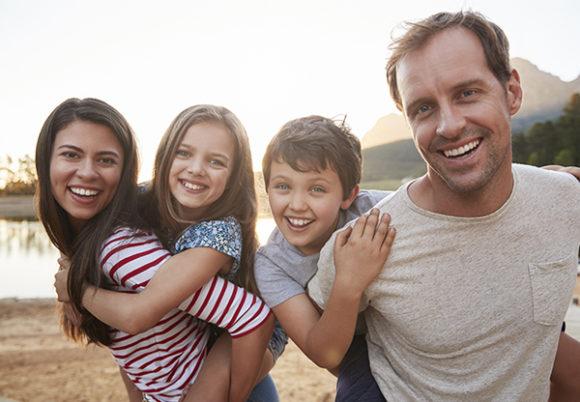 Glad familj i utomhusmiljö