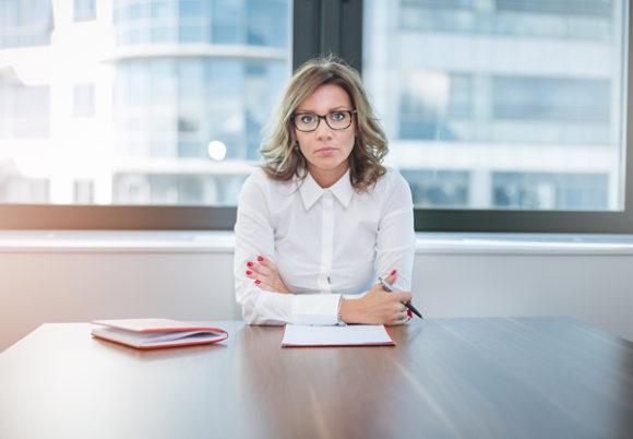 kvinna vid kontorsbord