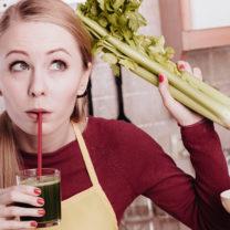 kvinna med selleriknippe och sellerijuice i glas