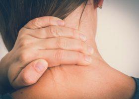 Kvinna med ont i nacken