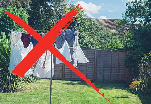 Bild på tvättställning utomhus, överkryssat med röd färg