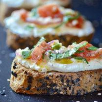Vegansk färskost på mandlar – serverad med tomatsallad