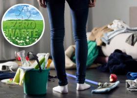 kvinna tittar på stökigt golv fyllt av prylar