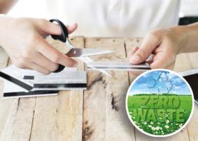 kvinna klipper sönder kredtikort
