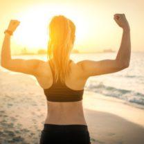 stark kvinna i solnedgång