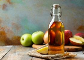 äppelcidervinäger och äpplen
