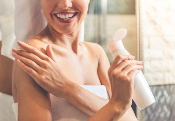 kvinna smörjer in sig med hudkräm