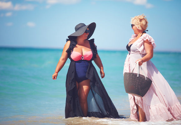 två kvinnor med former vid stranden