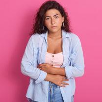 kvinna som har ont i magen