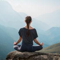 Kvinna som sitter i yogaställning
