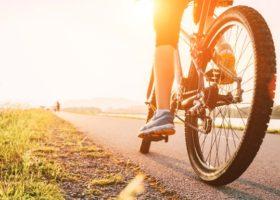 Kvinna cyklar