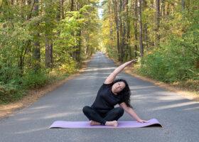 kvinna på yogamatta