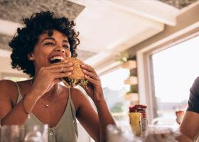 Kvinna som äter macka