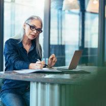 Kvinna vid sitt skrivbord