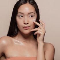 kvinna som stryker på hudkräm