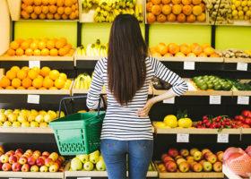 Kvinna som väljer mellan olika matvaror