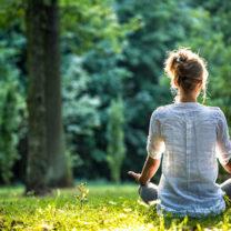kvinna mediterar utomhus
