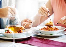 ett par äter spagetti