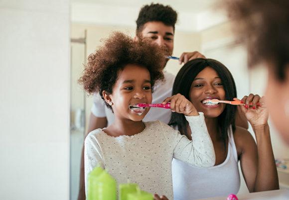 Familj borstar tänderna