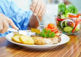 Närbild på person som äter mat