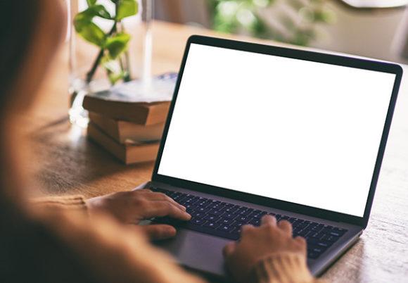 En kvinna sitter vid sin dator