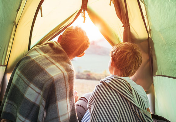 Far och son tältar
