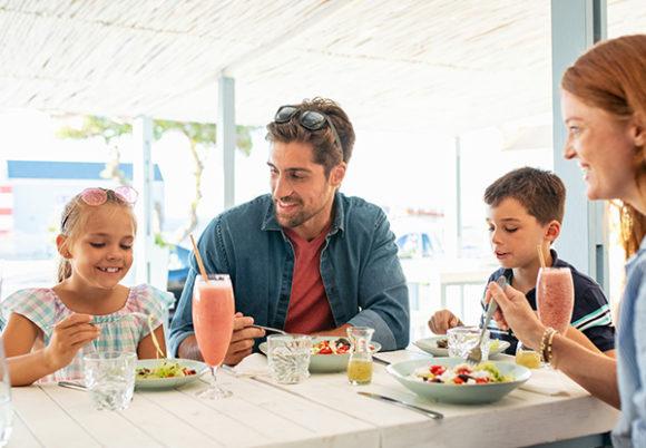 familj som äter