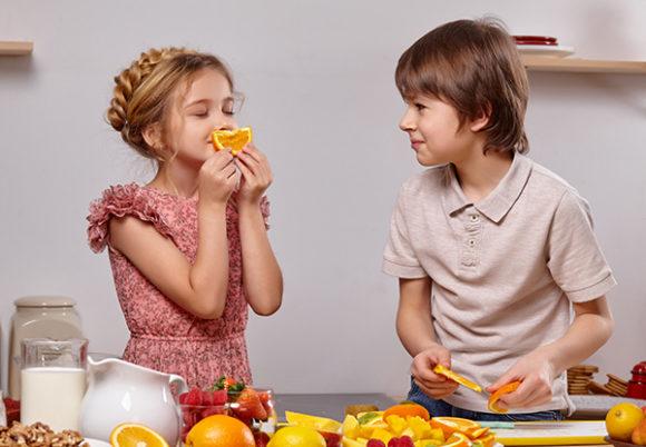 två barn och mat