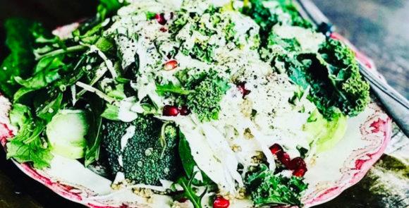 Rawfoodsallad med gröna grönsaker och dressing