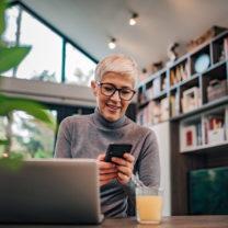 kvinna framför dator och telefon
