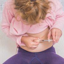 Liten flicka ger insulinspruta till sig själv