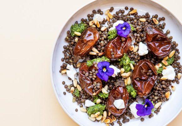Tallrik med rostad aubergine, linser och ätbara blommor
