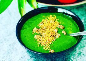 Grön smoothie i skål med nötter på