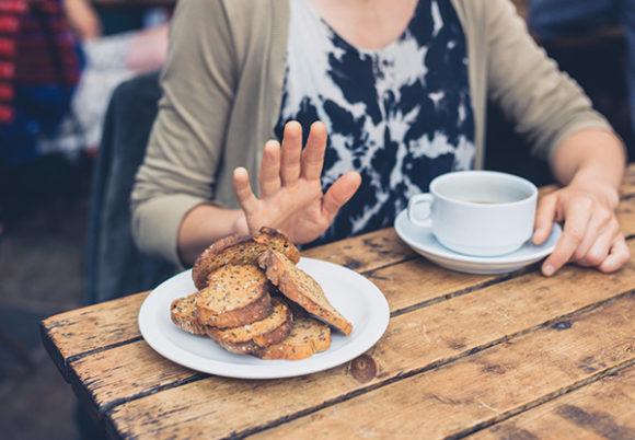 kvinna tackar nej till bröd