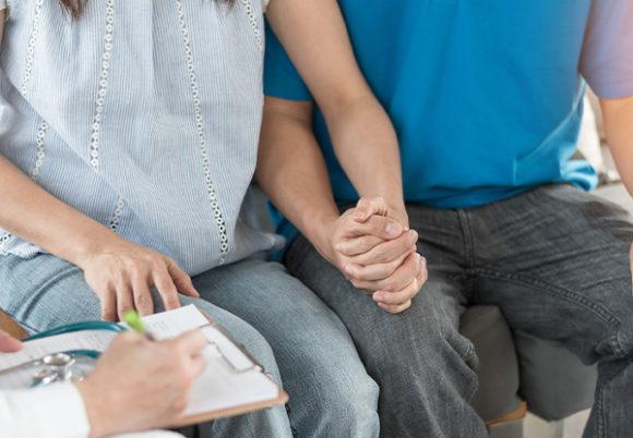 ungt par håller hand
