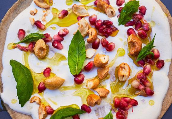 Närbild på en galette med cashewsmör med granatäpple